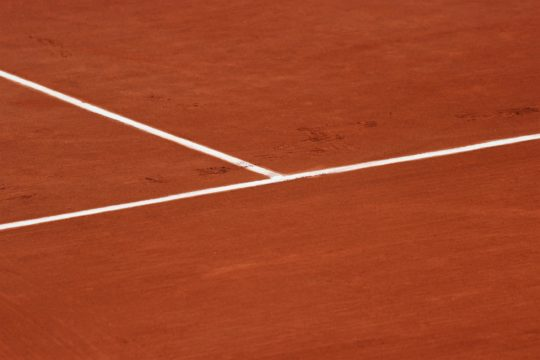 A picture of the chalk lines of a tennis court